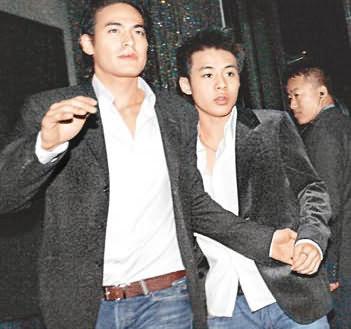 约凌晨三时半,霍启仁(右)由友人护送下离开.