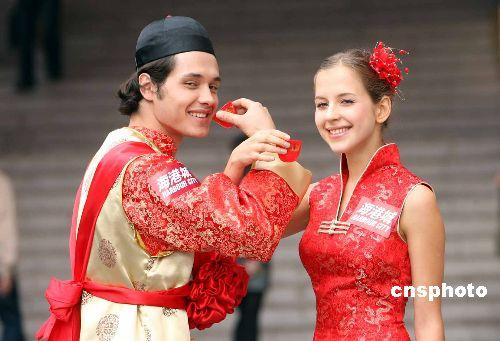 图:外国情侣在港举行中式婚礼(2)