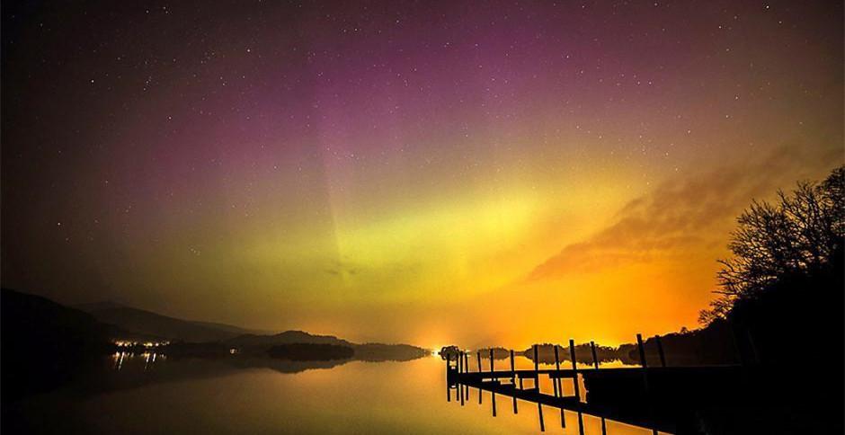 大自然的灯光秀:英格兰一湖泊上空现绚丽极光
