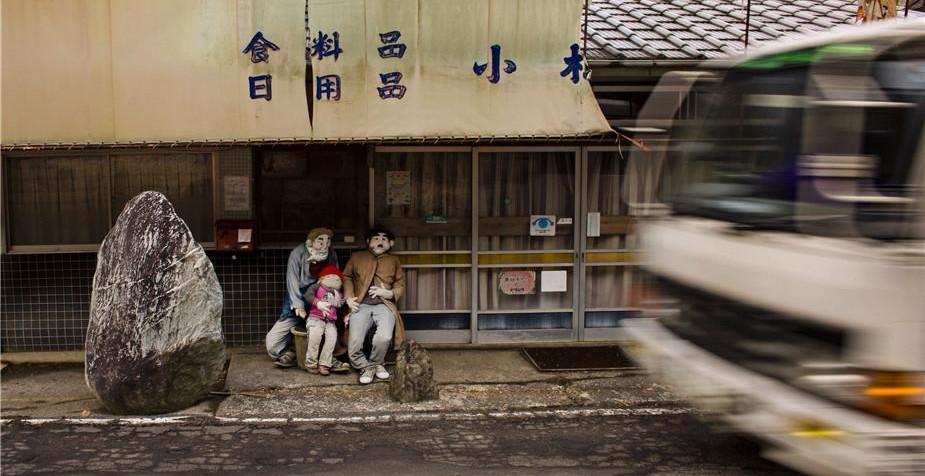"""百余稻草人日本村庄中""""居住"""" 仿佛时间凝固"""