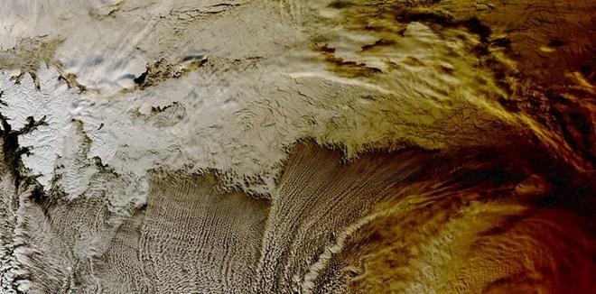 """NASA卫星""""眼""""中的日食:云端一道阴影"""