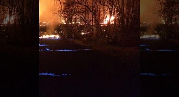 夏威夷火山喷发产生甲烷气体 引燃冒出蓝色火焰