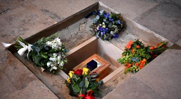 霍金骨灰在伦敦下葬 安葬在英国历史名人墓旁