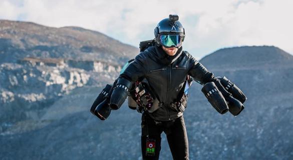 """英发明家打造""""钢铁衣"""" 创时速160公里世界纪录"""