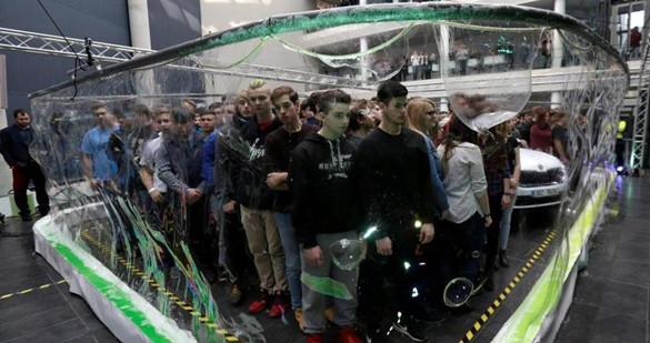 捷克275名民众挤进巨型肥皂泡 创吉尼斯世界纪录