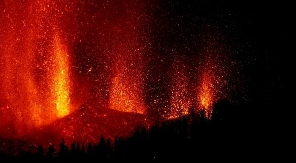 岩浆喷涌照亮夜空 西班牙火山喷发致约5000人撤离