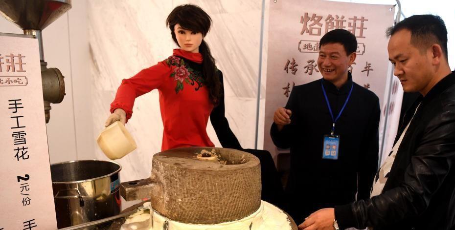 中国徽菜博览会开幕 美女机器人推车磨豆花