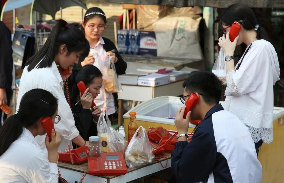 毛坦厂中学禁用手机 学生就餐时间围聚公用电话