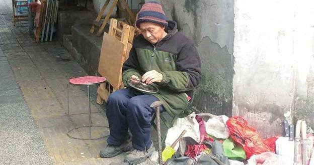 成都94岁大爷补锅60年:做到做不动为止(图)
