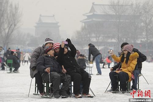 大寒到来:年味儿渐浓买年货 凿冰储存备用