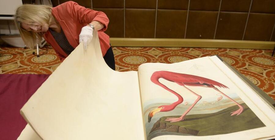 世界上最贵印刷书亮相 翻阅需要工作人员监督