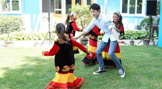 许魏洲与小朋友玩游戏 呼吁保护儿童