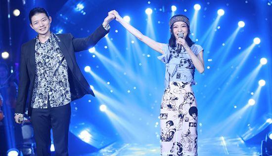 张韶涵节目与霍尊重现经典歌曲 穿着俏皮