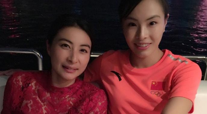 郭晶晶为访港运动员助阵 穿红色蕾丝上衣显贵妇范儿