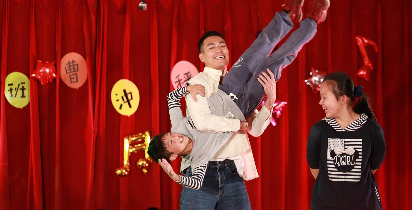 《同一堂课》杨�v宁扮大象与学生打成一片