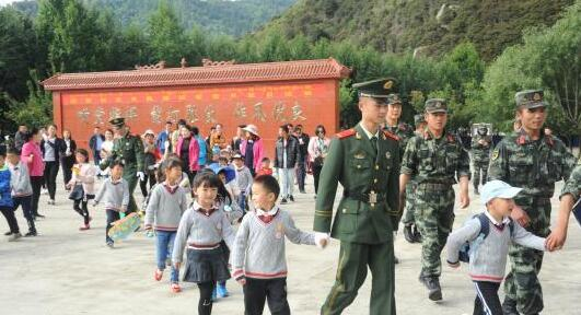 武警林芝支队开放军营 儿童零距离感受军旅生活