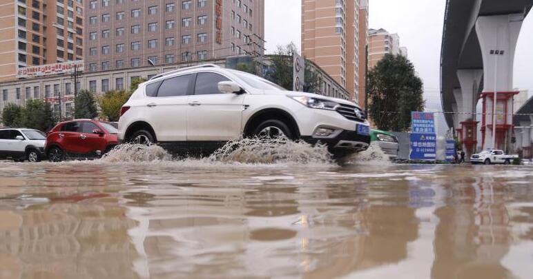 青海西宁发布暴雨蓝色预警 部分道路积水严重
