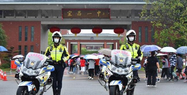 """湖北宜昌交警开辟""""绿色通道""""护航高考"""
