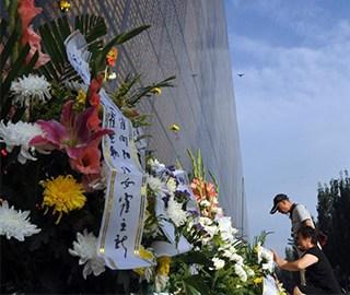 唐山大地震41周年 民众纪念墙前缅怀亲人
