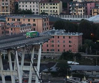 意大利高架桥坍塌 卡车断桥边刹停