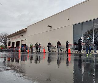 美国旧金山湾区民众冒雨排长队采购物资