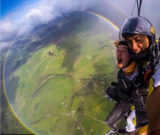 罕见!英国男子高空跳伞偶遇圆形彩虹
