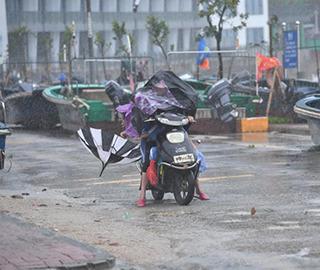 """深圳遭台风""""苗柏""""袭击 出行受阻"""