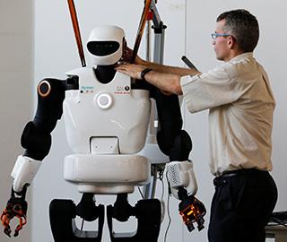 法国研发智能机器人勤杂工