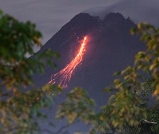 印尼默拉皮火山喷发 岩浆顺山体流淌