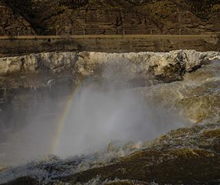 游客蜂拥壶口瀑布 争睹瀑布上壮观彩虹