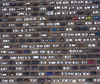 琼州海峡因雾封航 上万辆车滞留海口