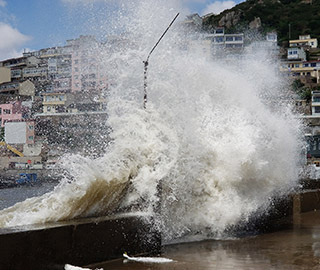 """台风""""安比""""登陆浙江 舟山海边掀巨浪"""