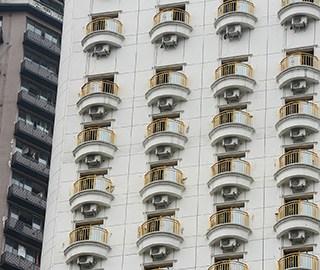 """一酒店安装空调 外墙如有百双""""眼睛"""""""