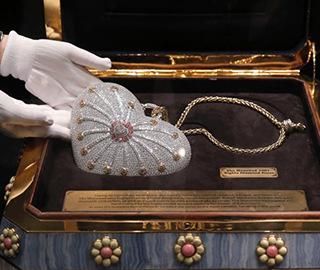 """""""世界最昂贵""""手包镶嵌超过4500颗钻石"""