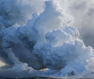夏威夷火山岩浆流入太平洋 形成蒸汽云