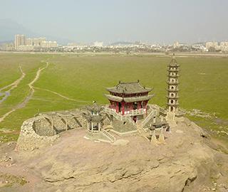 鄱(po)陽湖枯水(shui)期 千(qian)年石島落星墩重現(xian)天日(ri)