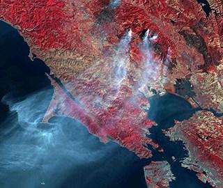 美加州山火灾区卫星图 可见烟雾飘出