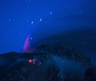 印尼火山熔岩与星轨同框蔚为壮观