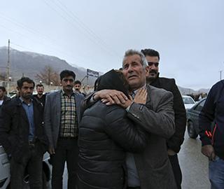 伊朗客机坠毁 亲属聚集机场外焦急等待