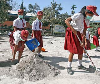 印尼锡纳朋火山再度喷发 学生清理火山灰