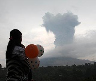 """印尼锡纳朋火山上方升腾起""""蘑菇云"""""""