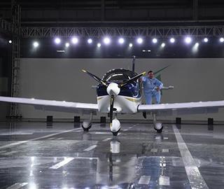 中国民企自主研制飞机GA20下线滑跑