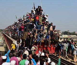 孟加拉国民众挤火车参加穆斯林大会