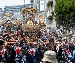 日本深川八幡祭庆典 众人抬神龛畅玩泼水