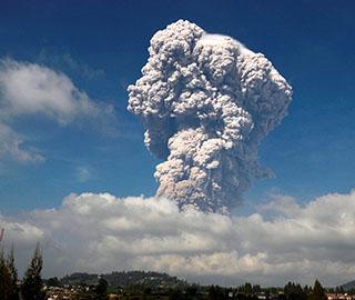 印尼锡纳朋火山喷发 火山灰直冲云霄