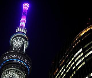 """日本东京天空之树为民众""""打气"""""""