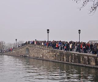 """西湖景区游客爆满 断桥成""""人桥"""""""