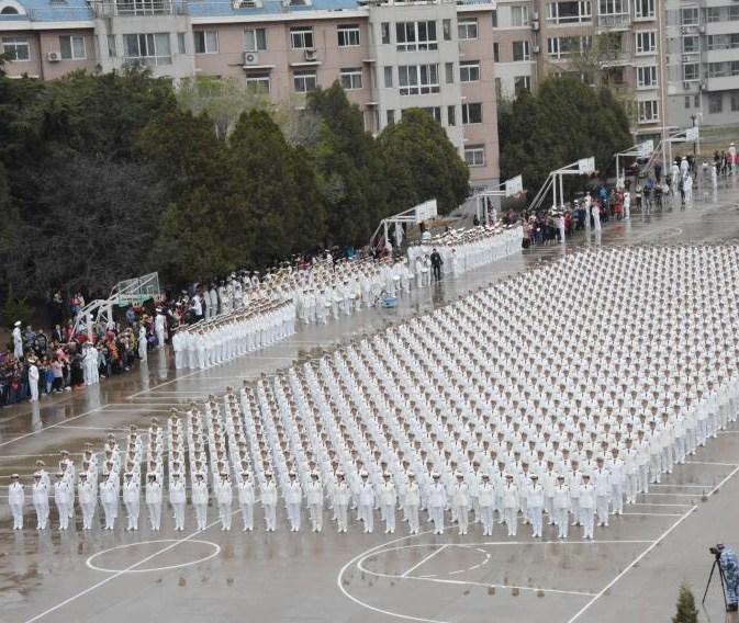 海军大连舰艇学院举行阅兵活动