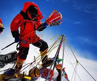 珠峰高程测量登山队队员开展测量工作