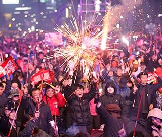 韩国民众燃放烟花庆祝通过弹劾案